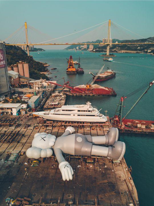 KAWSによるプロジェクト「HOLIDAY」 過去最大フィギュアが香港ビクトリア・ハーバーに出現