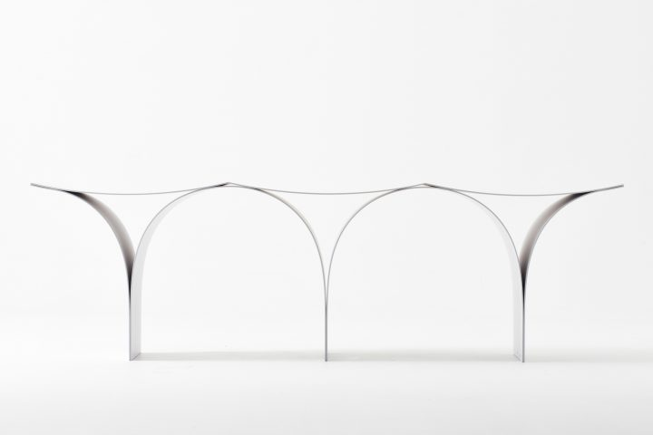 大口進也がデザインしたベンチ「Arch / Bench」 アーチを連続させた彫刻的なデザイン
