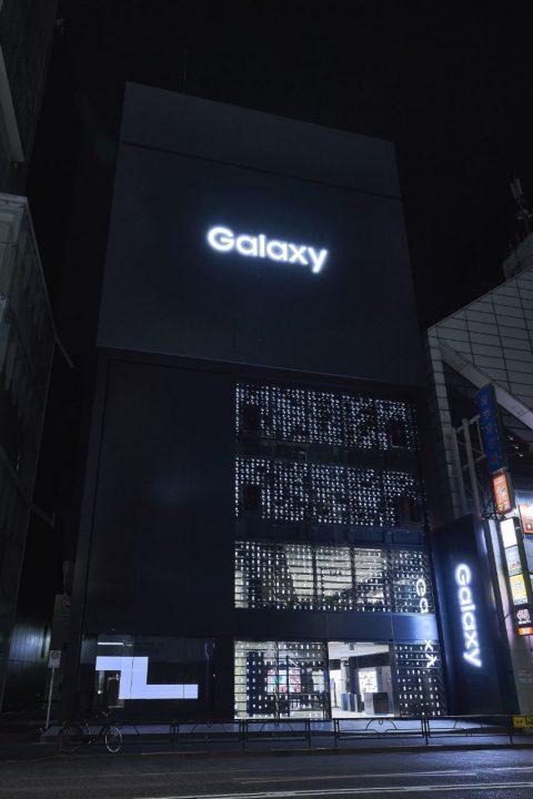 世界最大級のショーケース「Galaxy Harajuku」オープン 1000台のGalaxyを使ったファサードは吉岡徳仁のデ…