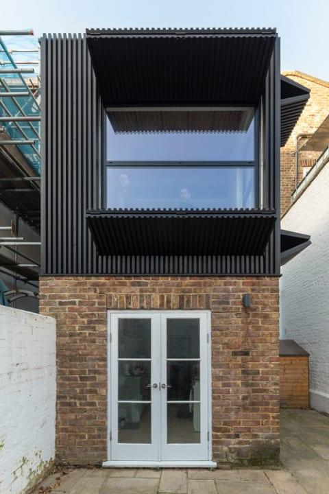 自然光を楽しみながらプライバシーも確保できる 調節可能なシェード付きホームオフィス「Black Box」
