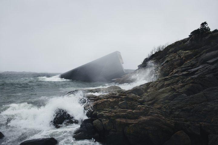 ノルウェーにヨーロッパ初の水中レストラン「Under」がオープン 海洋生物の研究センターとしても機能