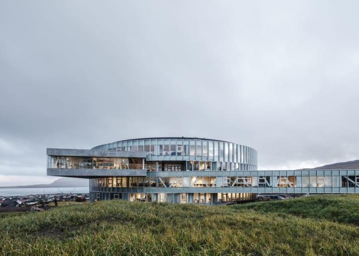 フェロー諸島の首都に教育機関「Glasir」の校舎が完成 BIGが手がけた渦巻き形の建築に3つの学校が入居