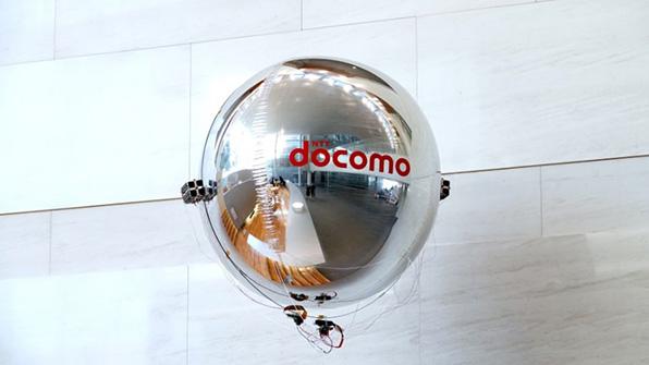 NTTドコモが屋内向けの飛行船型ドローンを開発 超音波振動を活用してプロペラレスで空中を移動