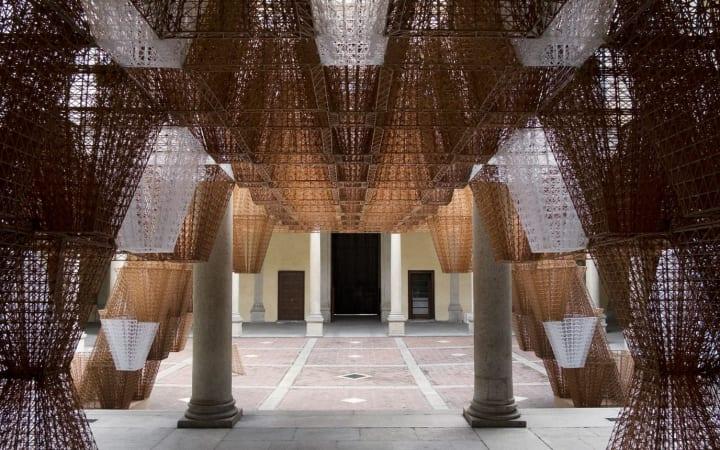 COSがインスタレーション「Conifera」を公開 建築家 アーサー・マモウ・マーニーとのコラボ作品
