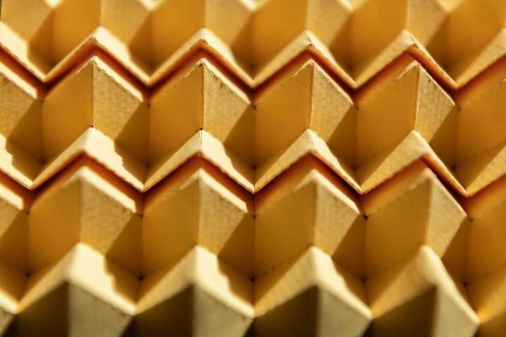 使用中に変形できる新しい折り紙構造を開発 金属のような硬い材料でも山から谷に変化