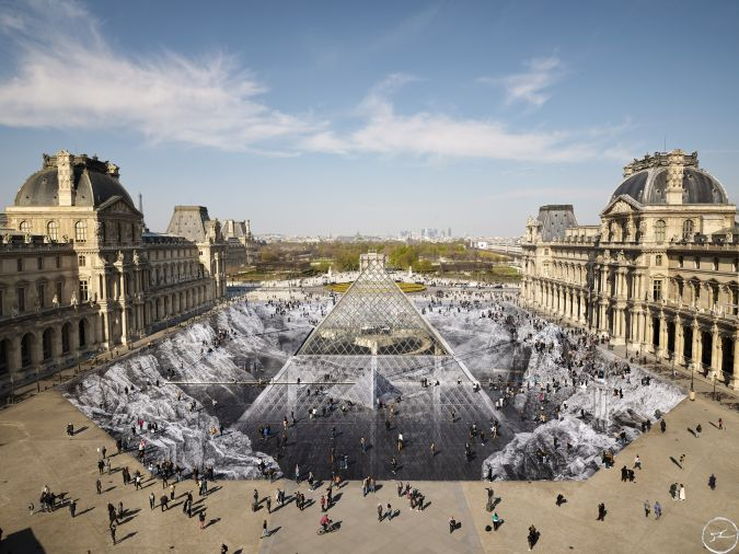 アーティスト JRがルーブル美術館に登場 騙し絵のような巨大コラージュ作品が完成