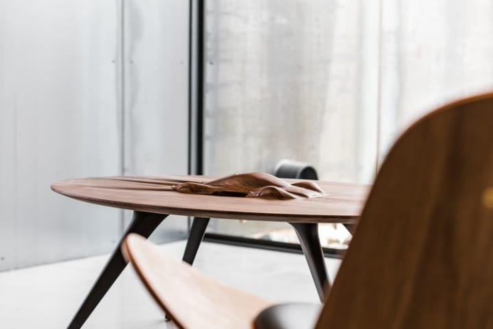 プロダクトデザインスタジオ「Discommon」による 天板に自動車が姿を現す「Coffee Table」