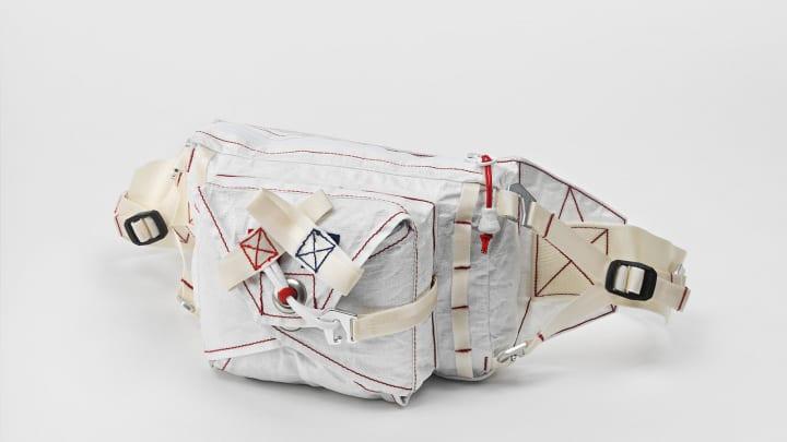 ナイキとトム・サックスのコラボポンチョが公開 展覧会「トム・サックス ティーセレモニー」に合わせてリ…