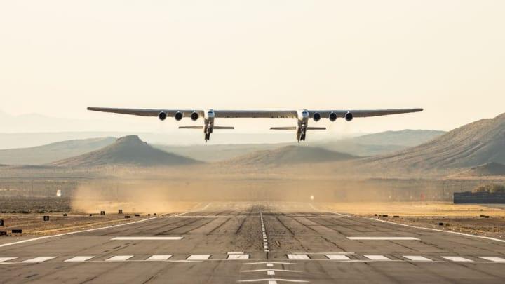 世界最大の飛行機「ストラトローンチ」が初飛行に成功 可動式発射プラットフォームとして宇宙を身近に