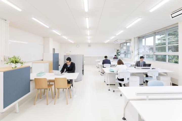 島根・津和野高校とヴィトラが職員室を一新 新職員室「センセイオフィス」が完成