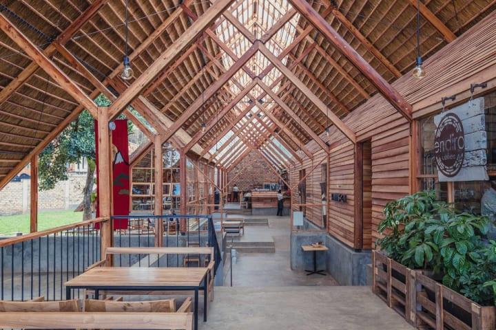 東京とウガンダが拠点の建築事務所 テレインアーキテクツ 設計を担当した首都カンパラ郊外の日本食料理店…