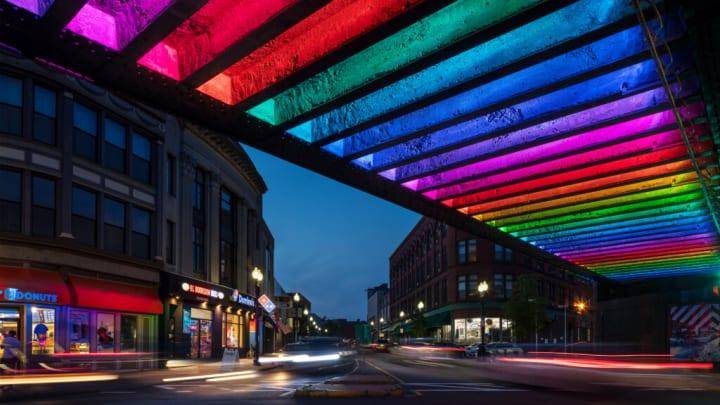 米 マサチューセッツの暗い高架下を明るく変える カラフルな照明プロジェクトで地域を活性化