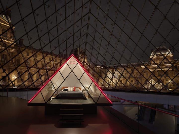 Airbnbとルーヴル美術館のコラボが実現 「モナ・リザ」に迎えられてピラミッドの下に宿泊