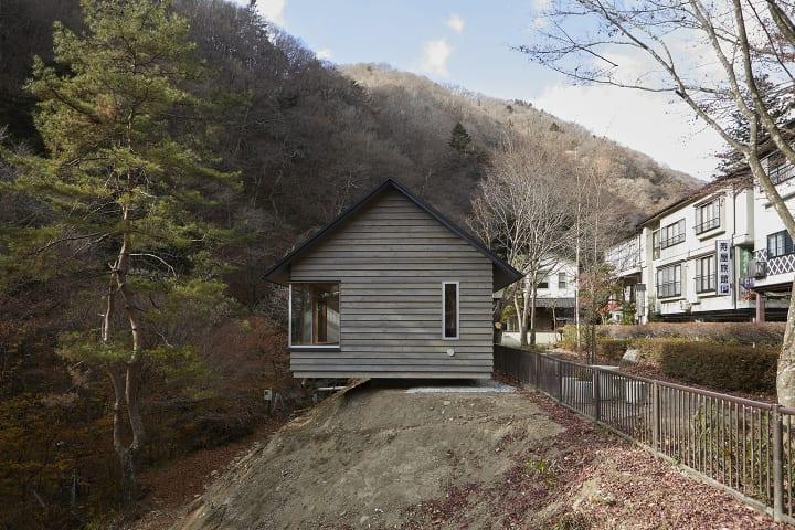 建築設計事務所 TYRANT Inc.が手がけた「町田邸」 四万川沿いの自然に環境に囲まれた傾斜地に建てられた個…