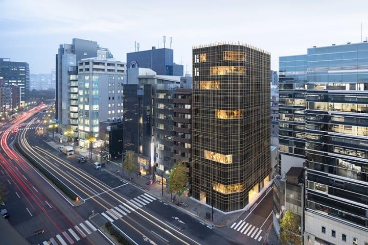nendoが内外装を手がけたオフィスビル「KOJIMACHI TERRACE」 外の空気や気配を建物内に積極的に取り込んだ…