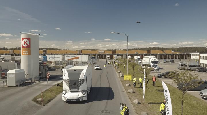 ストックホルムに拠点を置くスタートアップ Einride 運転手台のない電動トラック「T-pod」が公道での走行…