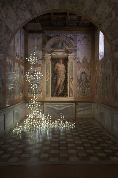 Studio Driftがヴェネツィア・ビエンナーレに参加 中世の絵画「聖セバスティアヌス」の前でインスタレーシ…