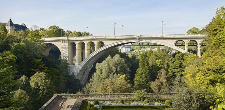 歴史ある橋の下に自転車専用橋を建設 ルクセンブルク中心部にかかる「アドルフ橋」