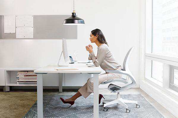 フェローズのオフィスチェア「Elea」が登場 大きく反った背面・吊り下げ式の座面デザインが特徴的