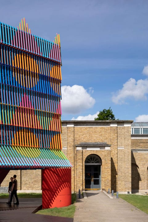 イギリスの美術館に出現したカラフルな「Dulwich Pavilion」 西アフリカとヨーロッパの文化を融合させたデ…