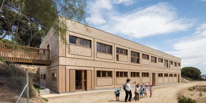 バルセロナの新しいシュタイナー学校「El Til·ler」 アルコーブを巧みに使って学びの空間を演出