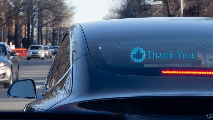 他のドライバーとコミュニケーションを取るために メッセージを表示するLEDディスプレイ「RoadWayve」