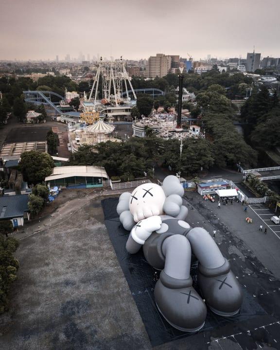 コンテンポラリーアーティスト「KAWS」 アートプロジェクト「KAWS:HOLIDAY」が静岡県富士宮市で開催