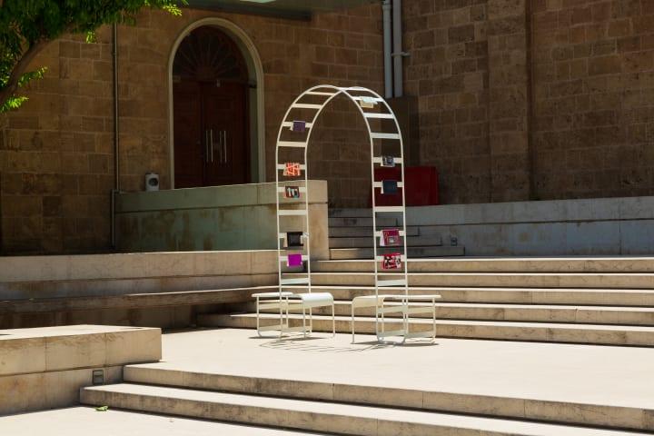 デザインユニット T SAKHIによる「Lost in Transition」 アーチ状につながった2つの椅子による都市のオブ…