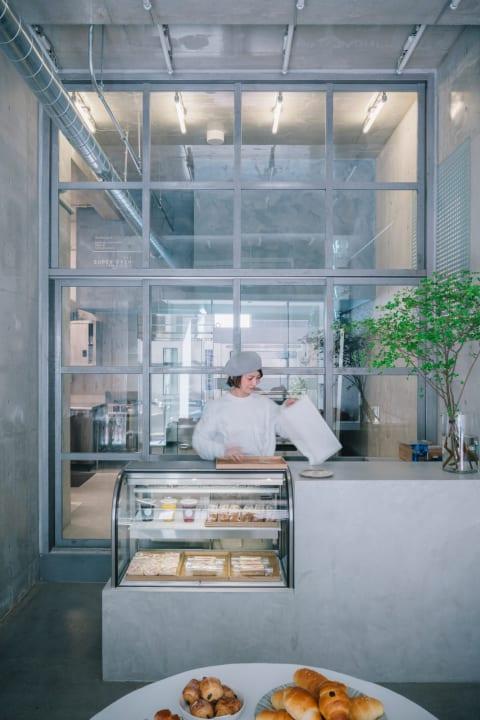 広島・呉駅前にオープンしたベーカリーショップ「Ripi」 ファゾムが手がけた感覚的な透明度の高い空間