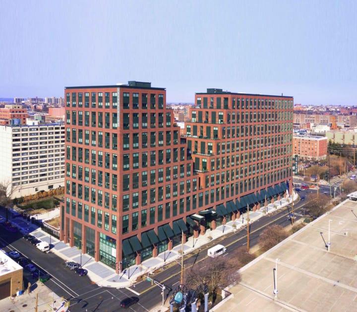 ジャージーシティに建設された「485 Marin」 中央をV字型に大胆にカットした建築
