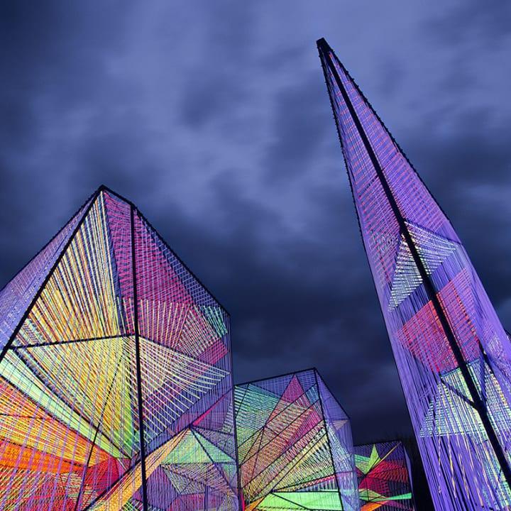 ニューヨークのデザインスタジオ Hou de Sousaによる 万華鏡のようなインスタレーション「Prismatic」