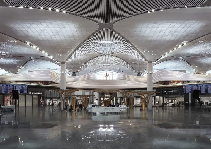 イスタンブール新空港のターキッシュ エアラインズ国際線ラウンジ 1km以上も続く、風になびくリボンのよう…