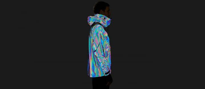体を保護色に変化させるイカの「光学迷彩」をまねた スキー用アウター「Black Squid Jacket」