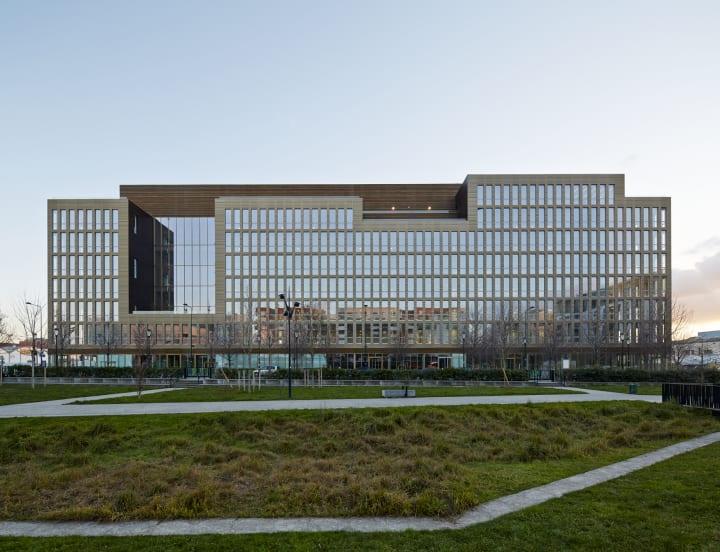 仏サン=ドゥニに完成した「Pulse」 木材の存在感があふれる7階建のオフィスビル