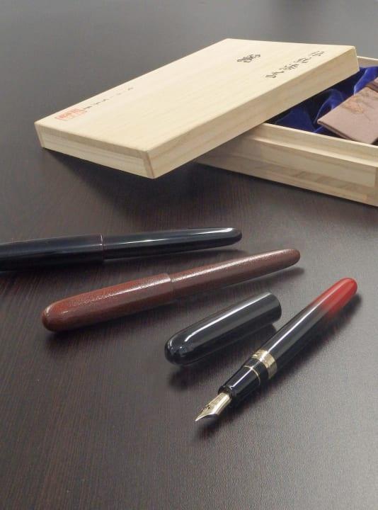 セーラー万年筆から全国各地の漆工を万年筆にする 漆塗り万年筆シリーズ「伝統漆芸 麗」が発売