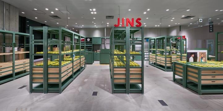 スキーマ建築計画が手がけた「JINS 銀座 ロフト店」 日常品からメガネ置きを考えたデザイン