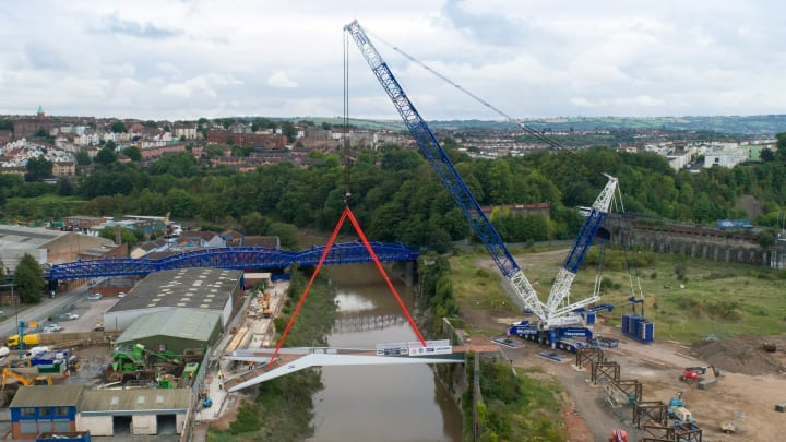 英エイボン川に完成した歩道橋「St Philips Footbridge」 両岸の違いを解消するシンプルなデザイン