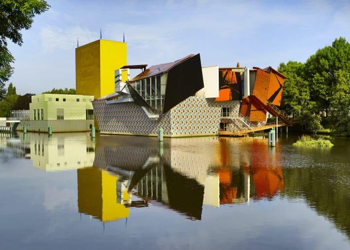 オランダのフローニンゲン美術館はメンディーニよるポストモダン建築。スタルクやハイメ、スタジオ・ジョ…