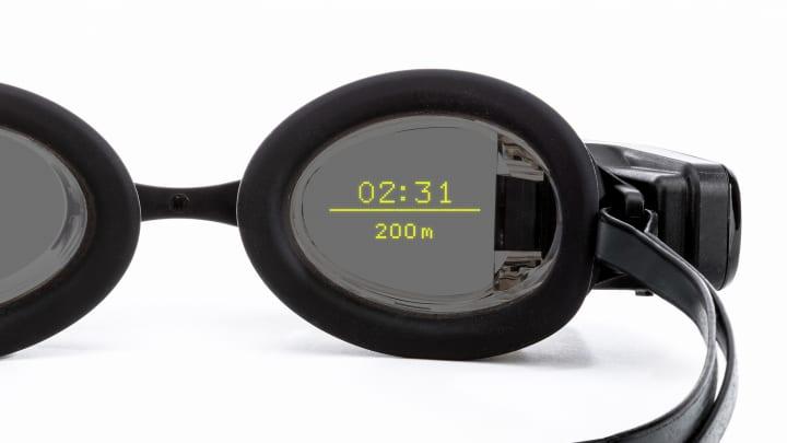 水泳用スマートゴーグル「FORM Swim Goggles」が登場 ARディスプレイで計測値がゴーグルに表示