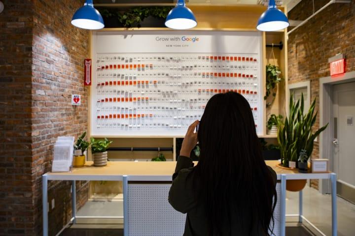 ニューヨークの「Grow with Google NYC Learning Center」に アナログな「フラップ式表示機」が登場