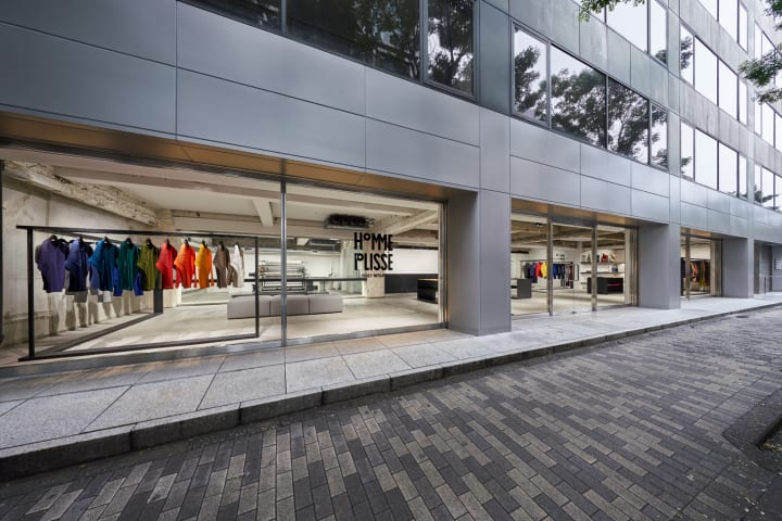 HOMME PLISSÉ ISSEY MIYAKEの初の旗艦店が東京・南青山にオープン ショップデザインを手がけたのは吉岡徳仁
