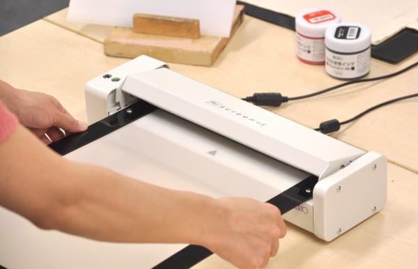 理想科学工業から卓上サイズの 小型デジタルスクリーン製版機「MiScreen a4」が登場