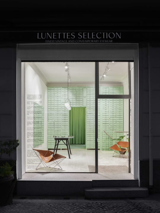 Oskar Kohnen Studioが手がけたベルリンの眼鏡店「Lunettes Selection」 壁一面にパステルグリーンのキャ…