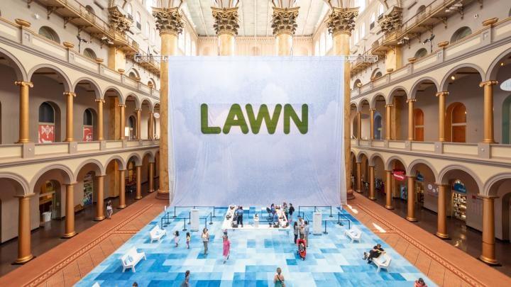 National Building Museumに出現したインスタレーション 大ホール全体で展開されるRockwell Groupの「Lawn」