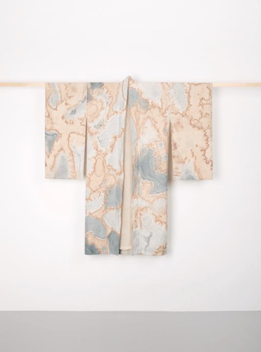 ハーグのテキスタイルデザイナー Nienke Hoogvliet 排水から抽出した染料による「KAUMERA KIMONO」を公開