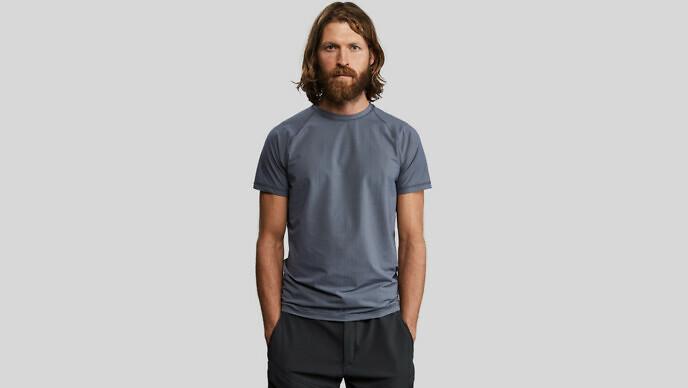 奇抜な素材とアイデアで服作りを手がけるVollebakから 炭素繊維で作ったTシャツが登場