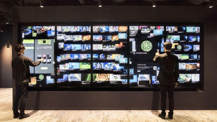 デロイト トーマツ グループのイノベーション創発施設に導入 チームラボの大型サイネージ「Digital Collec…