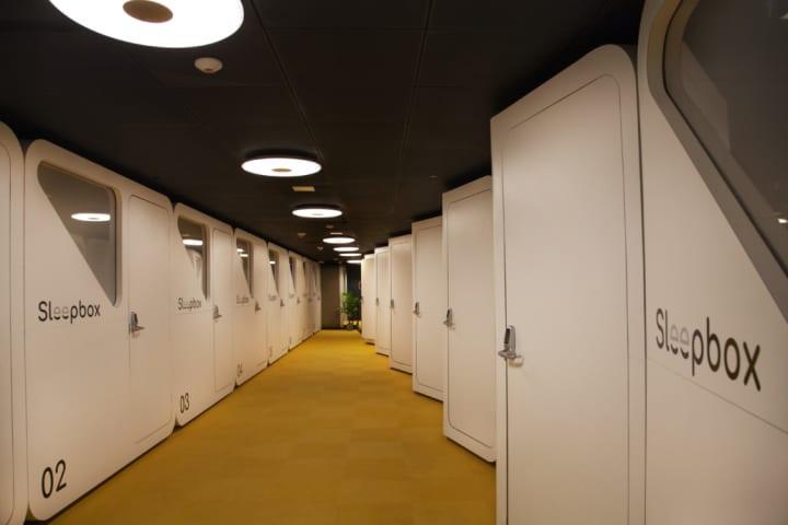 米ダレス国際空港にオープンした 24時間オープンの簡易宿泊施設「Sleepbox Lounge」