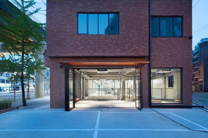 スキーマ建築計画が韓国のBlue Bottle Coffeeも設計 地域の景観を意識して外壁や什器にレンガを使用