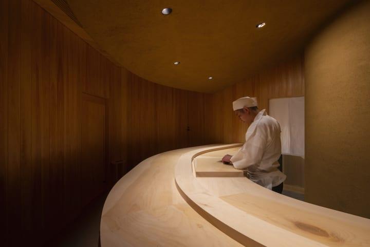 二俣公一が率いるケース・リアルが内装を手がけた 6坪弱の福岡市中央区の鮨店「多㐂川」